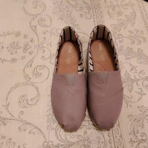 Tom's light gray shoes